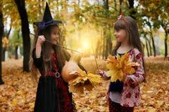 Meisjes in kostuums voor Halloween royalty-vrije stock afbeeldingen