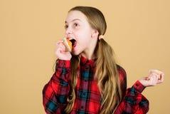 Meisjes leuk kind die muffins eten of cupcake Zoet dessert Culinair recept Smakelijke snack De kinderen aanbidden muffins geobsed stock afbeelding