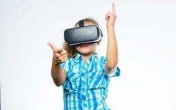 Meisjes leuk kind met hoofd opgezette vertoning op witte achtergrond Krijg virtuele ervaring Virtueel Werkelijkheidsconcept kid stock fotografie