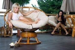 Meisjes in luxebinnenland Royalty-vrije Stock Foto's