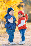 Meisjes - meisjesgang in het park Royalty-vrije Stock Foto