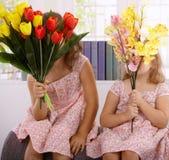 Meisjes met boeket van bloemen Stock Foto's