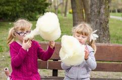 Meisjes met candyfloss royalty-vrije stock foto's