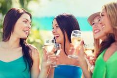 Meisjes met champagneglazen Stock Afbeeldingen