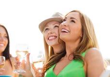Meisjes met champagneglazen op boot Stock Fotografie