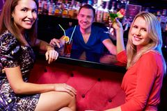 Meisjes met cocktails royalty-vrije stock afbeelding