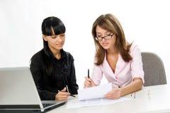 Meisjes met documenten en laptop Stock Afbeeldingen