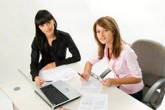 Meisjes met documenten en laptop Royalty-vrije Stock Afbeeldingen