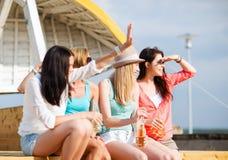 Meisjes met dranken op het strand royalty-vrije stock fotografie