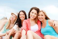 Meisjes met dranken op het strand royalty-vrije stock foto