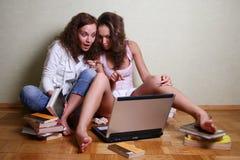 Meisjes met een computer Royalty-vrije Stock Afbeelding