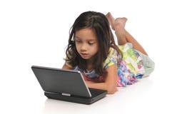 Meisjes met een laptop computer royalty-vrije stock afbeeldingen