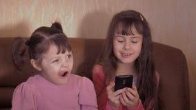 Meisjes met een mobiele telefoon stock videobeelden