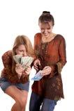 Meisjes met envelop en geld stock afbeelding