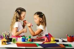 Meisjes met geconcentreerde gezichten door hun kunstbureau stock foto