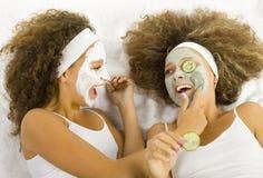 Meisjes met gezichtsmaskers Stock Foto's
