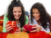 Meisjes met giften Royalty-vrije Stock Afbeelding