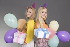 Meisjes met giften en ballons bij een verjaardagspartij Stock Foto