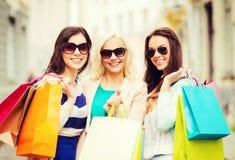 Meisjes met het winkelen zakken in ctiy Stock Afbeelding