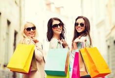 Meisjes met het winkelen zakken in ctiy Stock Foto's