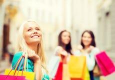 Meisjes met het winkelen zakken in ctiy Stock Afbeeldingen
