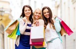 Meisjes met het winkelen zakken in ctiy Royalty-vrije Stock Foto