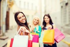 Meisjes met het winkelen zakken in stad Stock Afbeeldingen