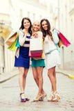 Meisjes met het winkelen zakken in stad Royalty-vrije Stock Foto