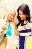 Meisjes met het winkelen zakken in stad Royalty-vrije Stock Foto's