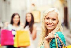 Meisjes met het winkelen zakken in stad Royalty-vrije Stock Fotografie