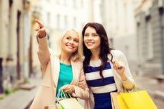 Meisjes met het winkelen zakken in stad Stock Afbeelding