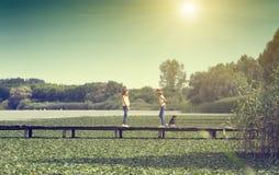 Meisjes met hond op het meer Stock Foto