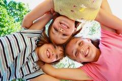 Meisjes met hoofden samen Stock Afbeeldingen