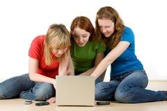 Meisjes met laptop Stock Afbeeldingen