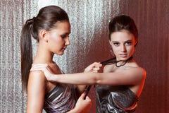 Meisjes met metaalbelemmeringen Stock Afbeeldingen