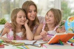 Meisjes met moeder op les van art. royalty-vrije stock afbeelding
