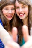 Meisjes met omhoog duimen Royalty-vrije Stock Foto's