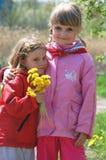 Meisjes met paardebloemen Royalty-vrije Stock Afbeeldingen