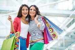 Meisjes met papieren zakken Royalty-vrije Stock Afbeeldingen