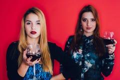 Meisjes met rode wijnglazen royalty-vrije stock foto's