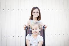 Meisjes met rolstoel Stock Foto's