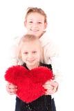 2 meisjes met rood hart op een witte achtergrond Stock Afbeeldingen