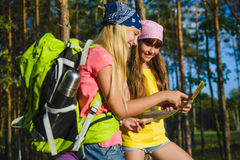 Meisjes met rugzak Looing bij kaart Avontuur, reis, toerismeconcept stock fotografie
