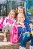 Meisjes met rugzakken in de buitenkant royalty-vrije stock foto