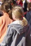 Meisjes met terug vlechten op haar outdoors stock afbeeldingen