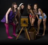 Meisjes met uitstekende camera royalty-vrije stock foto
