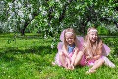 Meisjes met vlindervleugels in Royalty-vrije Stock Afbeelding