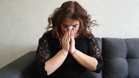 Meisjes mooie volledige niesgeluiden op de laag stock footage