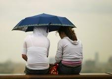 Meisjes onder een paraplu royalty-vrije stock foto