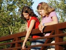 Meisjes op brug royalty-vrije stock afbeelding